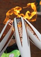 聖火ランナーによって引き継がれていく聖火=韓国・旌善で2018年3月7日、宮武祐希撮影
