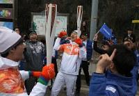 聖火が到着して盛り上がる聖火ランナーたち=韓国・旌善で2018年3月7日、宮武祐希撮影