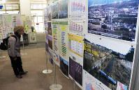 東日本大震災の被災状況などを紹介するパネル展=奈良県大和高田市役所で、藤原弘撮影