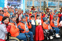 Japanese Paralympic athletes smile during a commemorative photo session with other participants, in Pyeongchang, South Korea, on March 6, 2018. (Mainichi)