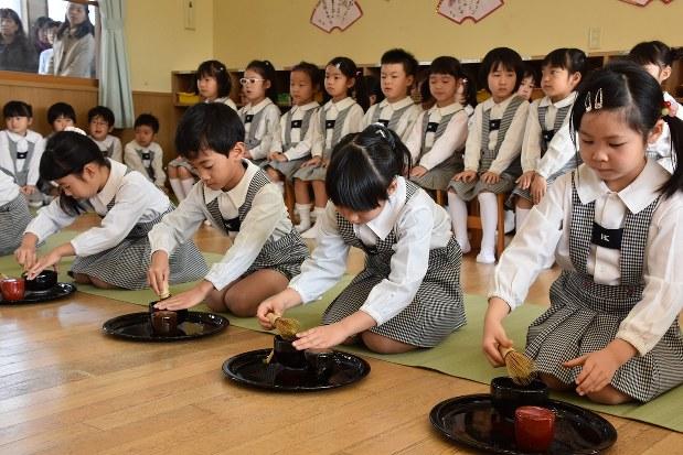 お茶をたてる幼稚園の園児たち