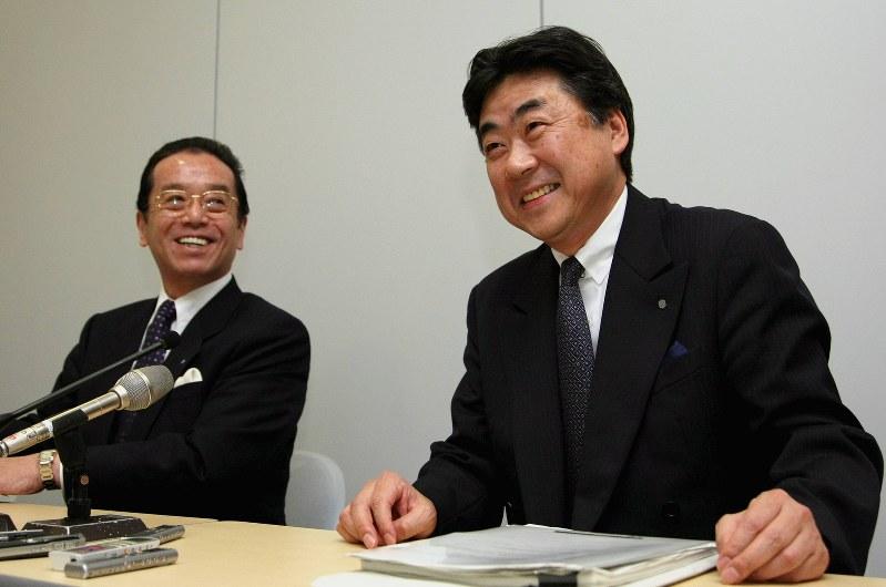 積水ハウスの社長就任会見に笑顔でのぞむ阿部俊則氏(右)。左は和田勇社長(当時)=2008年3月3日、森田剛史撮影