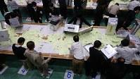 開票作業が行われる千葉県の市川市長選。法定得票数を満たす候補者がいないことが確定し再選挙に=市内の体育館で2017年11月