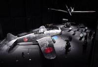 「岐阜かかみがはら航空宇宙博物館」で展示される「飛燕」の実機(左手前)と「零戦初号機」の実物大模型=岐阜県各務原市で2018年3月8日午後2時31分、木葉健二撮影