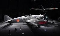 「岐阜かかみがはら航空宇宙博物館」で展示される「飛燕」の実機(左)と「零戦初号機」の実物大模型=岐阜県各務原市で2018年3月8日午後2時42分、木葉健二撮影