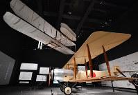 「岐阜かかみがはら航空宇宙博物館」で展示される「陸軍乙式一型偵察機」(右下)と「ライトフライヤー」の実物大模型=岐阜県各務原市で2018年3月8日午後3時36分、木葉健二撮影