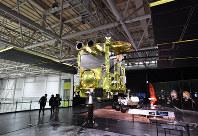 「岐阜かかみがはら航空宇宙博物館」で展示される小惑星探査機「はやぶさ2」の実物大模型=岐阜県各務原市で2018年3月8日午後3時14分、木葉健二撮影