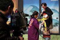 着付けの段階から映像で記録される「南津島の田植踊」。南津島郷土芸術保存会は原発事故後に同地区の神楽を復活させた一方、人数が必要な田植え踊りは披露できずにいた。避難先への定住や伝統を知る住民の高齢化が進む中、保存会は田植え踊りの将来的な復活を期し、国の助成金を活用して田植え踊りを映像として記録することを決断。振り付けだけでなく、着付けや楽器の演奏なども細かく撮影していた=福島県二本松市で2018年1月14日、喜屋武真之介撮影