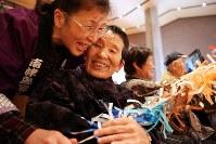 福島県二本松市で記録撮影会と併せて披露された「南津島の田植踊」。南津島集落の住民らが集まり、会場には笑顔があふれた=2018年1月14日、喜屋武真之介撮影