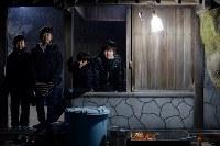 宮城県東松島市月浜地区に伝わる国重要無形民俗文化財「月浜のえんずのわり」に今年参加した4人。えんずのわりは小中学生の男子が小正月に合わせて6日間、学校に通いながら岩屋で共同生活を送り、1月14日には集落の各戸を回り唱え言をして無病息災などを願う。同地区は津波で多くの家が流され転出が相次ぎ、住民は震災前の半数以下の80人ほどに。子供も減り、来年の参加者は2人だけになる可能性がある=2018年1月12日、喜屋武真之介撮影