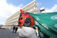 災害危険区域に指定された宮城県東松島市大曲浜地区の集団移転先「あおい地区」の災害公営住宅前で披露される「大曲浜獅子舞」。獅子舞は大曲浜地区で再建された玉造神社で1月2日朝に奉納され、その後2日間かけてあおい地区や商店街などをお囃子と共に練り歩く。震災後に地元を離れた住民も多く、担い手や披露場所の確保が課題になっている=あおい地区で2018年1月2日、喜屋武真之介撮影