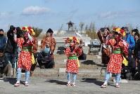 7年ぶりに福島県浪江町請戸地区で開かれた安波祭で、「請戸の田植え踊り」を奉納する女性たち。元住民らの明るい笑顔が見られた一方、東日本大震災による津波と原発事故に伴う避難指示で同地区は今も荒れ地が広がり、「原発避難いじめ」を懸念して一部の子供が祭りへの参加を見送るなど、「復活」と呼ぶにはほど遠い状況が続く=2018年2月18日、喜屋武真之介撮影