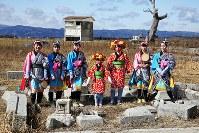 7年ぶりに福島県浪江町請戸地区で開かれた安波祭で、「請戸の田植え踊り」を奉納した女性たち。元住民らの明るい笑顔が見られた一方、東日本大震災による津波と原発事故に伴う避難指示で同地区は今も荒れ地が広がり、「原発避難いじめ」を懸念して一部の子供が祭りへの参加を見送るなど、「復活」と呼ぶにはほど遠い状況が続く=2018年2月18日、喜屋武真之介撮影