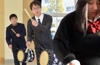 じゃんがら念仏踊りに取り組む、福島県立いわき海星高校の有志団体「チームじゃんがら」顧問の柴田真弥さん(24)。東日本大震災の発生時、同校は入試のため授業はなかったが生徒の2人が犠牲になった。当時、同校2年だった柴田さんのクラスメート工藤盛人さんも津波にのまれ亡くなった。じゃんがら念仏踊りは死者の成仏を願う踊り。今年10月から同校に着任。チームじゃんがらの顧問に就いたのは前任の教諭からの引き継ぎだったが「活動に関われてうれしかった。自分が震災に遭い、盛人を失ったこともあり強い気持ちでじゃんがらに取り組める」と話した=福島県いわき市の同校で2018年2月19日、藤井達也撮影