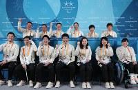 記者会見後、記念撮影に臨むノルディックスキーチームの選手ら=韓国・平昌で2018年3月8日午後7時3分、宮武祐希撮影