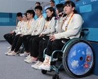 記者会見で質問に答える新田のんの選手(右)=韓国・平昌で2018年3月8日、宮武祐希撮影