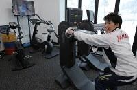 ハイパフォーマンス・サポートセンター施設内のトレーニング機器を実際に使いながら施設の説明をするトレーニング担当の大石益代さん=韓国・平昌で2018年3月8日、宮武祐希撮影