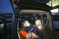 熊本地震では、長期にわたる余震への恐怖などから車中泊を続ける避難者が目立った=熊本県阿蘇市で2016年4月19日、和田大典撮影