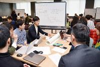家業を生かした新規事業のアイデアを話し合う「アトツギソン」の参加者ら=大阪市北区で、金志尚撮影