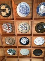 陶器神社の天井には皿が飾られている=大阪市中央区久太郎町4で、松井宏員撮影