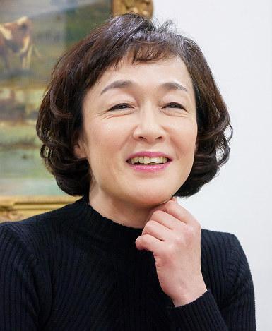 黒いトップスを着て微笑んでいるボブヘアーのキムラ緑子の画像