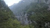 国境を越えていく道は険しかった。トンネルを抜け向こうに見える橋を渡る。(写真は筆者撮影)