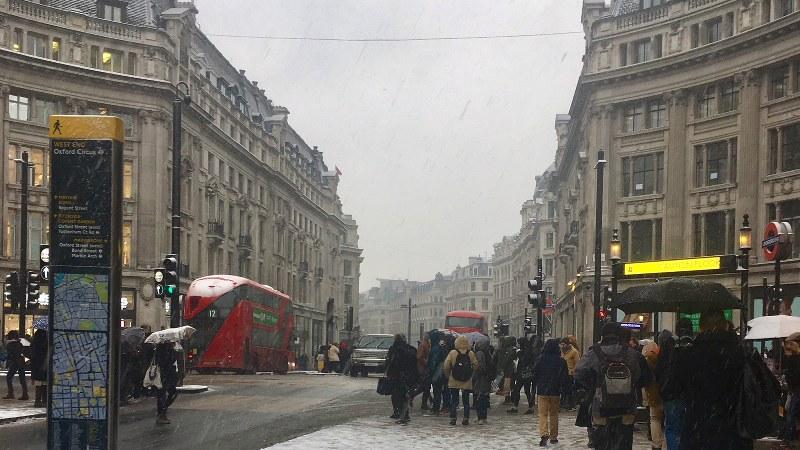 5年ぶりの大雪を記録した英国。地下鉄やバスの運行に大幅な遅れが出た=ロンドン市で2018年3月2日、三沢耕平撮影