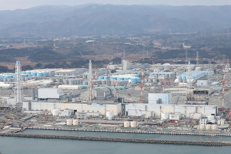 福島第一原発=福島県大熊町沖で2018年2月15日、本社ヘリから和田大典撮影