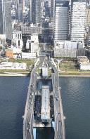架設工事中だった首都高速晴海線の橋桁(手前中央)=東京都中央区で2015年4月22日、本社ヘリから