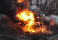 火災が発生し、黒煙を上げるコスモ石油千葉製油所=千葉県市原市で2011年3月11日午後4時38分、本社ヘリから佐々木順一撮影