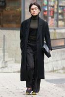 ユニクロのタートルネックニットを着た女性=日本ファッション協会提供