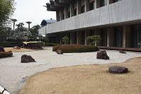 日本庭園内の一部は、大小の石で表現した枯山水の様式になっている=東京都千代田区紀尾井町のホテルニューオータニで