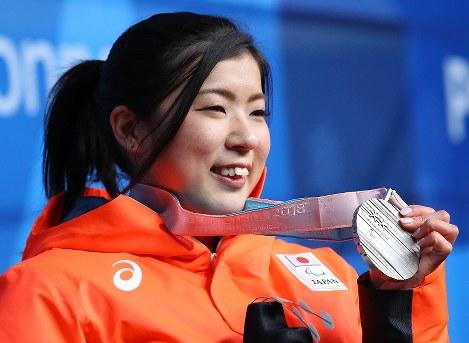 女子滑降座位で2位となり、銀メダルを手に笑顔を見せる村岡桃佳=平昌メダルプラザで2018年3月10日午後6時33分、宮武祐希撮影