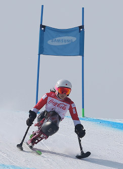 Japan's Momoka Muraoka slides her way to a silver medal in women's alpine downhill skiing at Jeongseon Alpine Centre during the Pyeongchang Winter Paralympics in Jeongseon, South Korea, on March 10, 2018. (Mainichi)