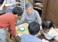 本橋武久さん(中央)は外を歩いていると、子ども食堂で顔見知りになった子に「おじいちゃん、どこいくの」と声をかけられる=埼玉県越谷市で、稲田佳代撮影