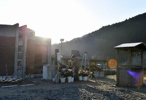 東日本大震災から7年となった朝、津波で児童らが亡くなった大川小の旧校舎を訪れた男性=宮城県石巻市で2018年3月11日午前7時3分、猪飼健史撮影