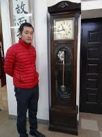 「南加和歌山県人会」から贈られた置き時計を紹介する桐蔭高校野球部の大松義明部長=和歌山市吹上5の同校で、矢倉健次撮影