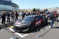 鈴鹿10時間耐久レースに出場するホンダのNSXの周りには多くのファンが集まった=鈴鹿市の鈴鹿サーキットで