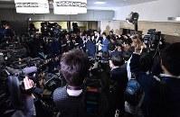 麻生太郎財務相(右奥)の取材に集まった大勢の報道陣=東京・霞が関の財務省で2018年3月12日午後2時6分、西本勝撮影