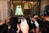 参院予算委員会理事懇談会に臨む与野党の議員たち(奥)。手前は出入り口に駆け寄る記者たち=国会内で2018年3月12日午後0時58分、川田雅浩撮影