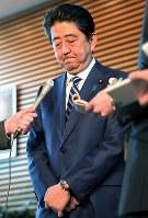 報道陣の取材に応じ、陳謝する安倍晋三首相=首相官邸で2018年3月12日午後4時56分、和田大典撮影