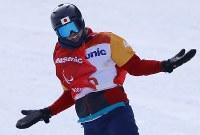 スノーボード男子クロスで銅メダルを獲得し、フィニッシュ後に笑顔を見せる成田緑夢=旌善アルペンセンターで2018年3月12日、宮武祐希撮影