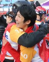 スノーボード男子クロスの3位決定戦で3位となり、フィニッシュ後に笑顔を見せる成田緑夢(右)=旌善アルペンセンターで2018年3月12日、宮武祐希撮影