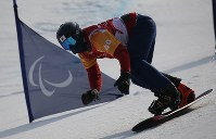 スノーボード男子クロス決勝トーナメント1回線で滑る成田緑夢=旌善アルペンセンターで2018年3月12日、宮武祐希撮影