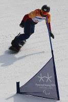 スノーボード男子クロス予選で滑る山本篤=旌善アルペンセンターで2018年3月12日午前11時24分、宮武祐希撮影