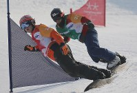 スノーボード男子クロス決勝トーナメント準々決勝で滑る小栗大地(右)=旌善アルペンセンターで2018年3月12日、宮武祐希撮影