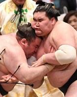 立ち合いでぶつかる照ノ富士(右)と臥牙丸=エディオンアリーナ大阪で2018年3月12日、山崎一輝撮影