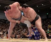 豪栄道(右)が寄り切りで荒鷲を降す=エディオンアリーナ大阪で2018年3月12日、平川義之撮影