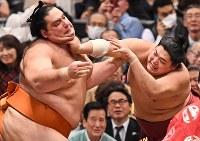 阿炎(右)を降した魁聖=エディオンアリーナ大阪で2018年3月12日、山崎一輝撮影