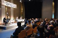 應典院20周年記念シンポジウムの対談に聴き入る参加者ら=大阪市天王寺区の應典院本堂で、中尾卓司撮影